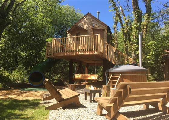 Cuckoos Nest Treehouse at Florence Springs Glamping, Tenby