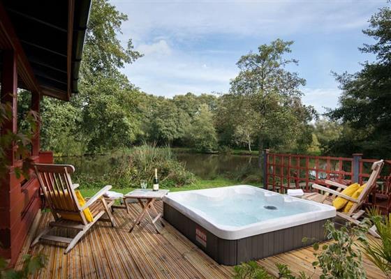 Signature Lakeside Lodge with Hot Tub
