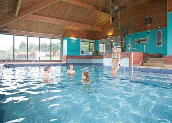 Waveney park beccles norfolk self catering holidays and short break family holidays in for Family holiday cottages with swimming pool